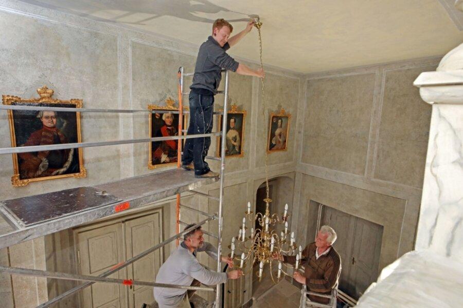 Kronleuchter ziert wieder die Treppenhalle