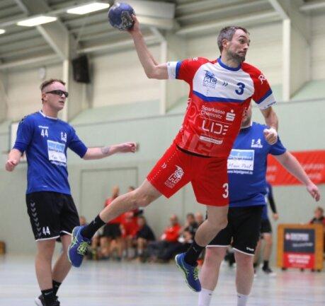 Mit seiner Erfahrung war Markus Elschker (am Ball) im Sachsenpokal eine wichtige Stütze für den HC Glauchau/Meerane II.