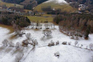 Der Skihang in Herold von oben. Vorn, rechts der Mitte, ist die Bergstation zu sehen. Die Aufnahme zeigt allerdings nur die Hauptpiste, auf der es direkt links und rechts neben dem Lift zu Tal geht. An dem Waldstück am rechten Bildrand ist außerdem noch der Einstieg in die zweite Piste zu sehen.