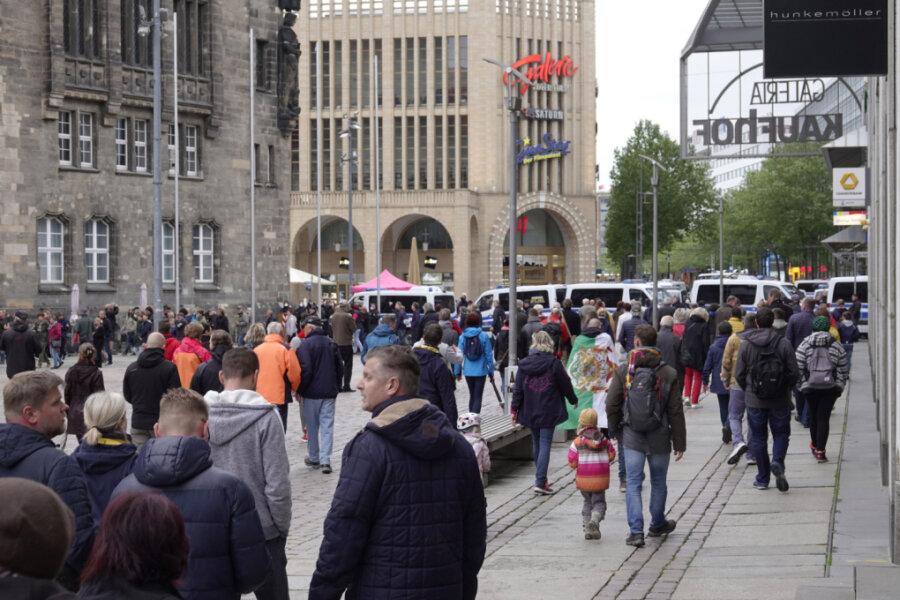 Spaziergang in Chemnitz - Polizei sperrt Neumarkt ab