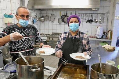 Mustafa Mohammed und Azima Mannan aus Syrien helfen mit bei der Zubereitung guter deutscher Hausmannskost.