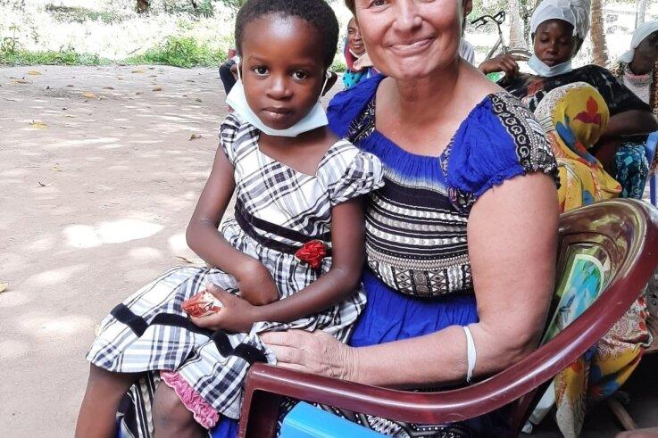 Steffi Löffler mit Patenkind Mwanakombo in Kenia.