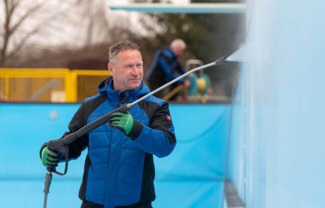 Im Rochlitzer Stadtbad hat Schwimmmeister Jan Kugler am Donnerstag Reinigungsarbeiten am Becken ausgeführt. Im Anschluss wurde mit der Befüllung des Beckens begonnen.