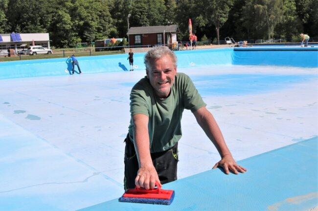 Steven Clauß, hier beim Arbeitseinsatz vor dem Saisonstart, ist Schwimmmeister im Freibad Erdmannsdorf.