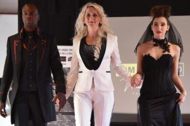 Mit einer schwarzen Hochzeitskollektion für Sie und Ihn überzeugte Ines Riedel (Mitte) die Modewelt in Mailand.