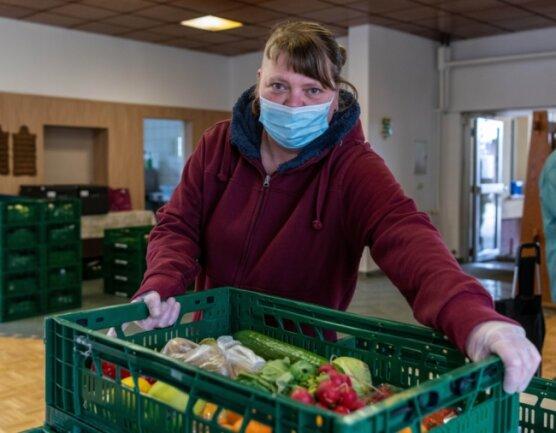 Jenny Bär, Helferin in der Ausgabestelle Rochlitz der Mittweidaer Tafel, sorgt mit vielen anderen Ehrenamtlichen dafür, dass die Kisten für die Bedürftigen immer gut gefüllt sind. Gegenwärtig fließen die Spenden aus den Supermärkten jedoch weniger reichlich.