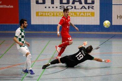 Diego Fogaca vom VfL Hohenstein-Ernstthal (rotes Trikot) gehörte am Samstagnachmittag zu den auffälligsten Spielern. Er war beim 6:2-Erfolg der Gastgeber an fast allen Toren beteiligt.