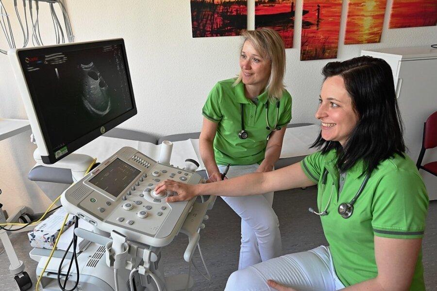 Sie versorgen als Hausärztinnen Patienten des Medizinischen Versorgungszentrums Hygieia an der Bahnhofstraße: die beiden Internistinnen Tatjana Platner (links) und Anna Ullrich.