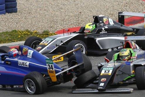 Toni Wolf (blaues Auto) wird in Oschersleben von Cedric Piro abgeräumt. Im Hintergrund schlüpft Mick Schumacher durch.