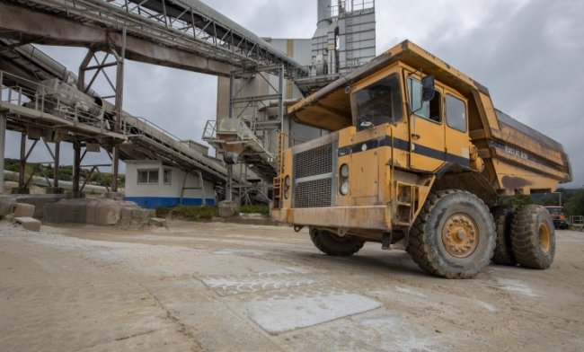 Der historische Muldenkipper darf mit seinen 35 Jahren beim Steinbruchfest am Samstag pausieren. Dafür sind die neuen Maschinen auf den neu betonierten Straßen im Gelände unterwegs.