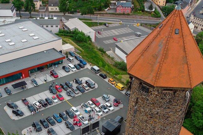 Das Autokino an der Schlossarena zog in diesem Jahr 2500 Besucher an, im Bild das Konzert von Rock Ambulance am Freitag. Foto: David Rötzschke.