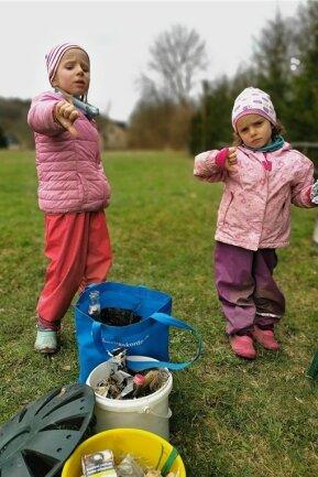 Lisbeth (links) und Hermine haben mit ihrem Vater Alexander Peuckert in Falkenau illegal entsorgten Müll gesammelt.