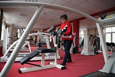 Carmen Eckebrecht, die das Fitnessstudio Fit in Limbach-Oberfrohna betreibt, schiebt die Geräte zusammen. Das Studio schließt Ende des Monats endgültig.