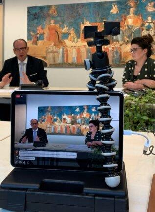 Während der digitalen Sprechstunde beantwortet Rathauschef Lothar Ungerer jene Fragen, die Mitarbeiterin Jocelyn Heinrich dem Chat entnimmt und zusammenfasst. Beide erhalten dafür jeweils ein Mikrofon.