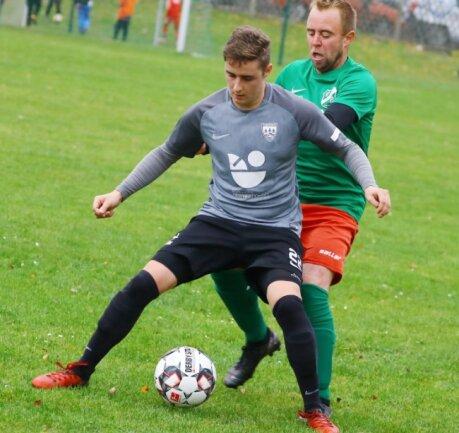 Aller Einsatz war vergebens: Der BSV Zschopautal mit Bernd Baensch (r.) unterliegt Sven Fischer und der SV Olbernhau mit 0:1.