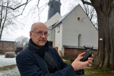 Ernst-Michael Weidauer kann die Kirchenglocken in Ringethal per Fernbedienung läuten lassen.