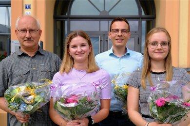 Johannes Ludwig, Emilia Neubert, Martin Gieslor und Lisa Hiss (von links) erhielten jetzt zum Dank für ihre Arbeit an der Impf-Hotline der Stadt einen Blumenstrauß. Ricarda Tank bekam ihn nachgereicht.