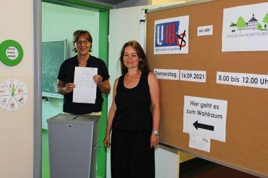 Claudia Rätz (links) und Cindy Flade bereiten die Testwahl an der Schule am Scheffelberg in Zwickau-Eckersbach vor.