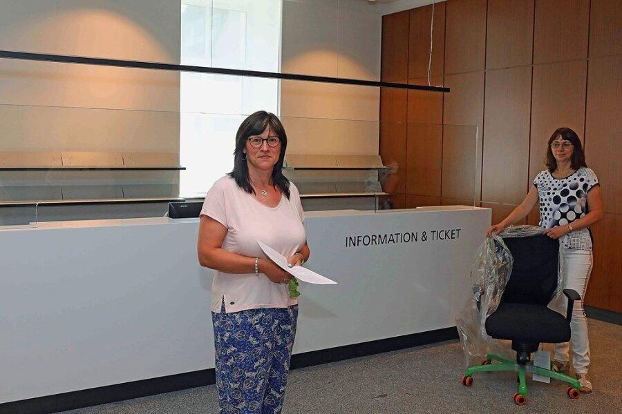 Nun geht das Einräumen los: Die Mitarbeiterinnen Janet Noack (l.) und Petra Beck in der neuen Stadt- und Tourist-Information.