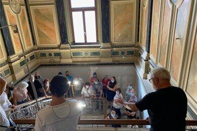 """""""Sie stehen jetzt auf einer freitragenden Treppe, die im Mauerwerk kompliziert verzahnt ist. Das kann heute keiner mehr bauen."""" Thomas Wunderlich (vorn rechts) bei einer seiner 21 Führungen durch die Villa. Dazu hatte der Bauleiter und Architekt Musik von Bach und Mozart aufgelegt, die dezent durchs Haus tönte."""