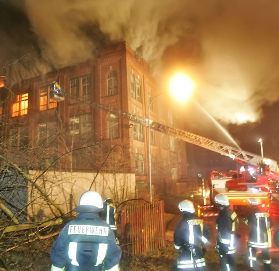 In Werdauer Ortsteil Leubnitz brannte am Samstagabend ein Fabrikgebäude.