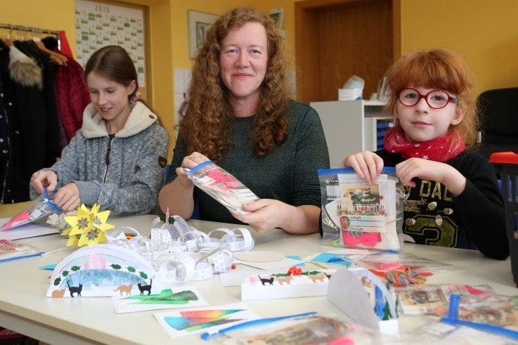 Jenny Pilz und ihre beiden Töchter Emilia (rechts) und Lea haben tolle Basteltütchen gepackt, mit denen der Kinderschutzbund die Jüngsten überraschen möchte.