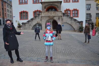 Am Mittwochwurde der Siegerentwurf der Bürgertasse von Maxi Schultz vor der Kulisse des erleuchteten Weihnachtsbaumes auf dem Altmarkt und dem Alten Rathaus durch Bürgermeisterin Kerstin Wolf und Katja Eberhardt vom Dachverband Stadtmarketing Plauen prämiert.