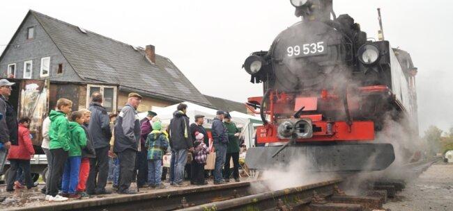 Mit einem Fest rund um den alten Ortmannsdorfer Bahnhof ist 2015 an 130 Jahre Mülsengrundbahn erinnert worden. Auch wenn die Fahrt auf dem Führerstand der Schmalspurbahnlok noch so kurz war, für viele Besucher des Bimmelbahnfestes war es einvergessliches Erlebnis.