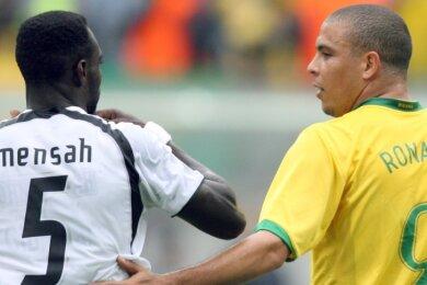 Der seinerzeitige brasilianische Nationalkicker Ronaldo Luís Nazário de Lima (rechts), hier in Dortmund im Achtelfinale der Fußball-WM 2006 gegen Ghana, trat mit seinem Vornamen zwischen den Schulterblättern an, während der ghanaische Kicker John Mensah seinen Nachnamen wählte. Dabei wäre gerade bei den Ghanaern der (zusätzliche) Vorname auf dem Trikot eine gute Sache: In dem westafrikanischen Land hat es in den vergangenen Jahrzehnten mindestens ein Dutzend Fußballspieler mit dem Nachnamen Mensah gegeben.