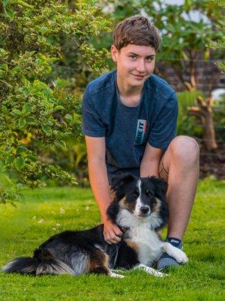 Der 13-jährige Max Seidel aus Neukirchen ist auf den Hund gekommen. Seit November gehört Elli, eine Mini-Australian-Shepherd-Hündin, zur Familie - nachdem Katze Lisa mit über 18 Jahren eingeschläfert werden musste. Die kleine Fotografie rechts entstand kurz nach Beginn des 5. Schuljahres, sie wird die Beitragsreihe als Vergleichsfoto bis zur 12. Klasse begleiten.