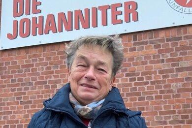 """Gudrun Baumann wurde von """"Freie Presse"""" für ihr Engagement mit einem Stollen der Bäckerei Heiko Schmidt aus Gornsdorf geehrt. Sie sieht sich allerdings nur als ein Teil eines Teams - und will, """"wenn man wieder zusammenkommen darf"""", für alle eine Runde geben, sagt sie."""