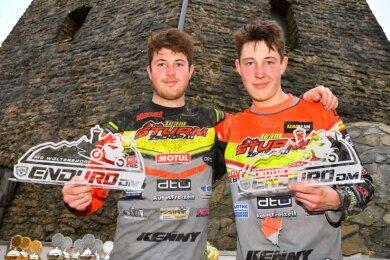 Kevin (links) und Domenik Nieschalk schrieben mit ihren Siegen in Rüdersdorf Enduro-Geschichte.