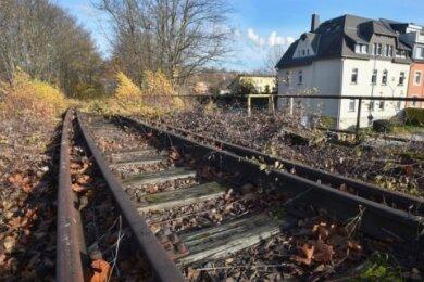 Wo einst Züge unterwegs waren, sollen künftig Radfahrer auf schnellem Weg in die Chemnitzer Innenstadt gelangen können. Dazu hat die Stadt eine mehr als 13 Kilometer lange stillgelegte Trasse von der Deutschen Bahn erworben.