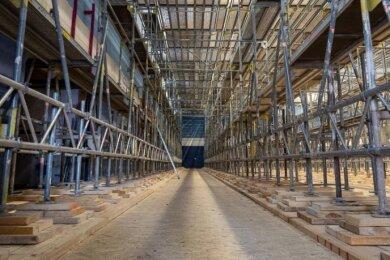 In der Mehrzweckhalle ist derzeit ein großes Gerüst aufgebaut: Zuerst muss das marode Dach erneuert werden.