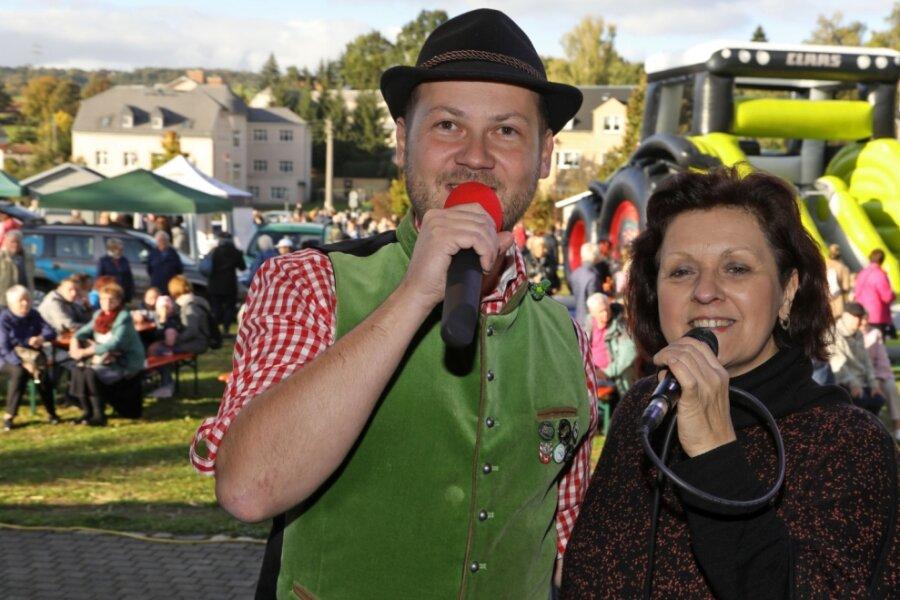 Bürgermeister singt auf dem Herbstmarkt