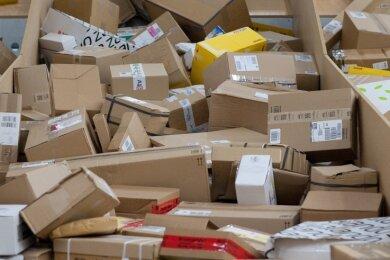 Im Lockdown boomt der Versandhandel. Als Nebeneffekt fällt eine Menge mehr an Kartonverpackungen an.