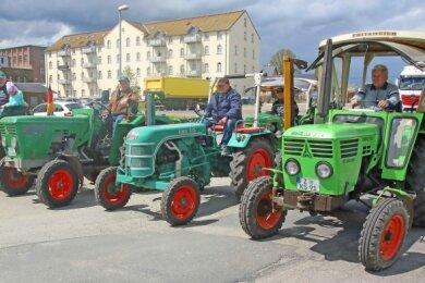 Wollten sich mit einer Runde durch den Ort wieder in Erinnerung bringen: die Traktoren- und Oldtimerfreunde aus Fraureuth.