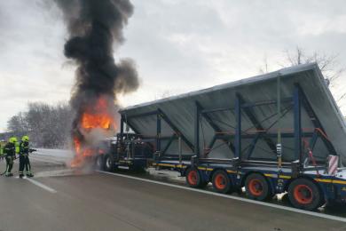 Der Lkw brannte lichterloh, als die Einsatzkräfte eintrafen.