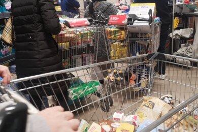 Beim Einkauf im Supermarkt - hier ein Symbolbild - wird der Mindestabstand von anderthalb Metern nicht immer eingehalten. Einige Zwickauer Kunden sind wegen der Enge besorgt.