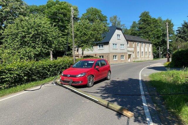 Telefonmast in Seifersdorf umgefahren: Feuerwehr rückt aus