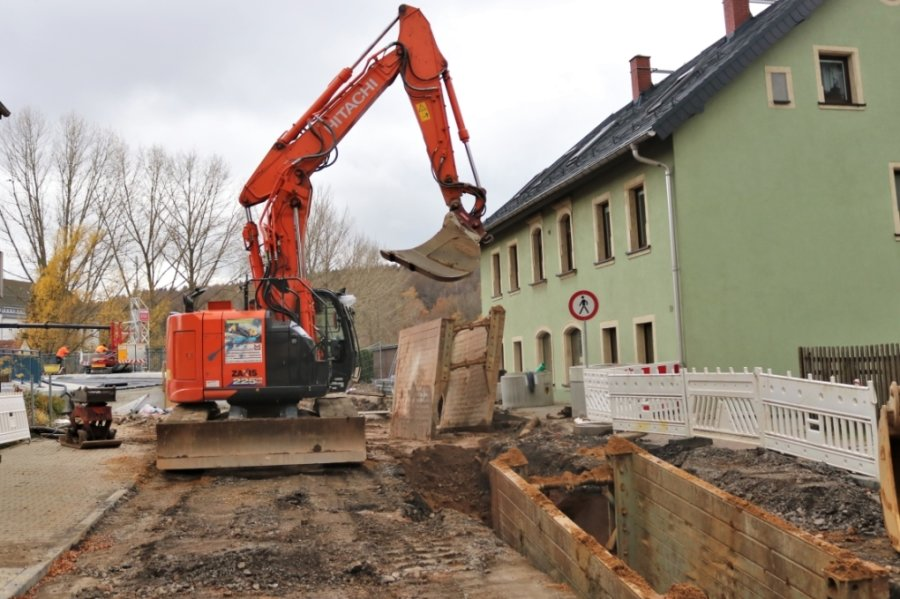 Geschäftiges Treiben herrscht zurzeit an der Augustusburger Straße in Flöha. Denn im Bereich der Kirchenbrücke werden Medien angebunden. Bis Jahresende soll die neue Querung fertig sein.