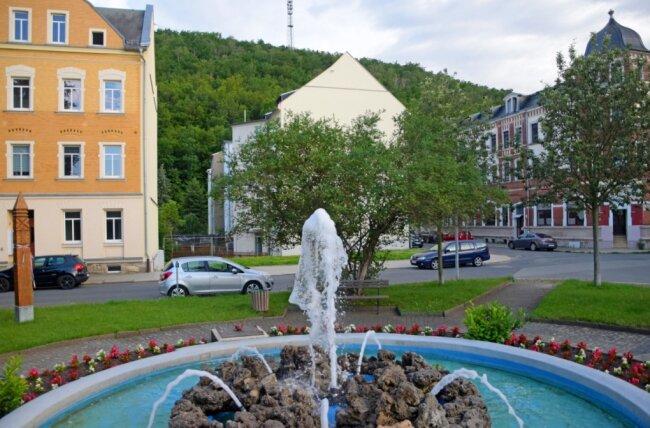 Der Platz an der Walter-Suchanek-Straße in Elsterberg lädt schon jetzt zum Verweilen an. Durch einen Gebäudeabriss entstand eine Freifläche. Die Stadträte debattieren derzeit, wie das Gelände, das der Stadt gehört, gestaltet werden kann.