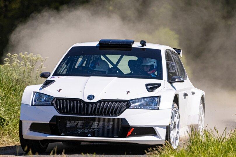 Carsten Mohe in seinem neuen Arbeitsgerät, dem Škoda Fabia Rally2. Auf dem Bild ist der Crottendorfer während einer Fahrt auf einer Teststrecke unterwegs.