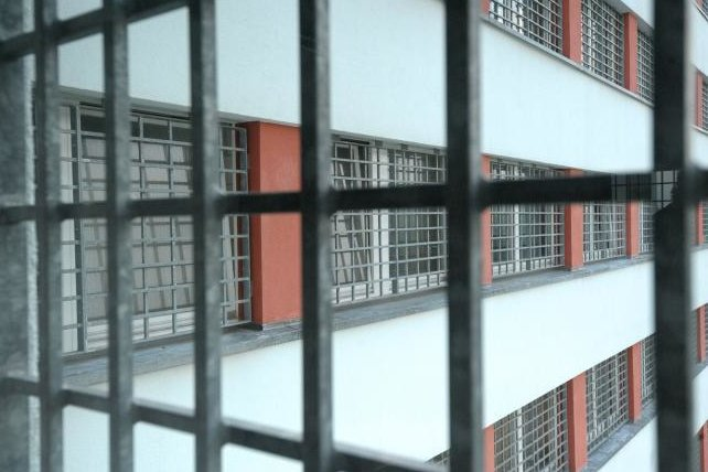 Blick durch Fenstergitter in der JVA für Frauen.