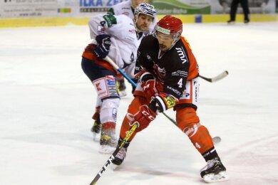 Felix Thomas (vorn) auf dem Weg zum 1:0 für die Eispiraten. Am Ende nahmen am Sonntag jedoch die Gäste die drei Punkte mit.