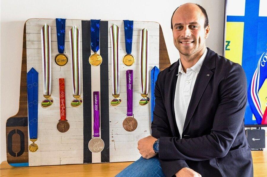 Maximilian Levy sitzt vor seinen wichtigsten Medaillen, insgesamt 35 gewann er bei Olympia, WM und EM.
