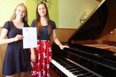 Selbstbewusst und musikalisch begabt: Die Pianistinnen Franziska Köchel aus Langenbach (rechts) und Samantha Pippig aus Plauen waren im Bundeswettbewerb Jugend musiziert erfolgreich.