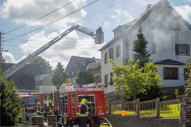 Die Drehleiter war in Stellung gebracht. Benötigt wurde sie aber nicht. Den Kameraden gelang es, den Brand von innen heraus zu löschen. Dass kein größeres Unglück passierte, ist auch den Nachbarn zu verdanken.