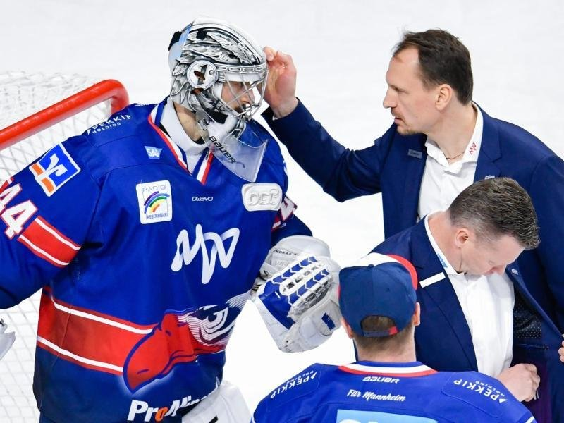 Mannheims Trainer Pavel Gross (r) bedankt sich Goalie Dennis Endras.