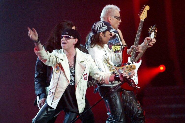 """Klaus Meine (links) tritt mit seiner Rockgruppe Scorpions bei der Fernsehshow """"50 Jahre Rock"""" mit dem Lied """"Wind of Change"""" auf. Vielen gilt dieses von Klaus Meine gesungene und gepfiffene Lied als perfekte Wende-Hymne."""